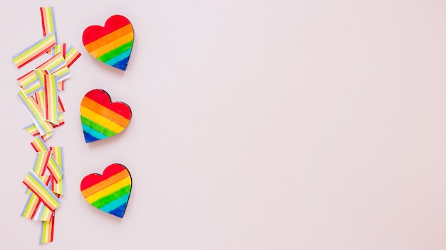 Três, arco íris, corações, com, papel, arco íris, ligado, tabela
