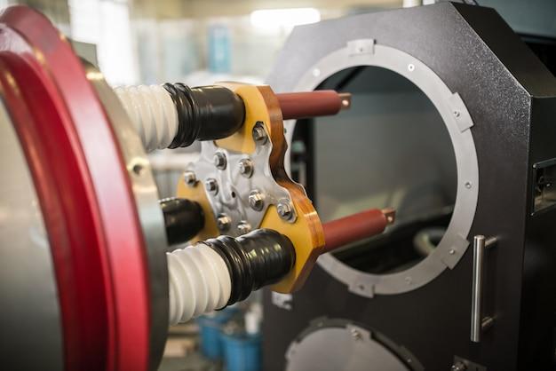 Três argolas de cobre para conectar cabos de alta tensão com cilindros de cerâmica no tambor da bancada de teste