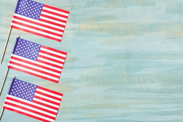 Três bandeiras de eua no plano de fundo texturizado colorido