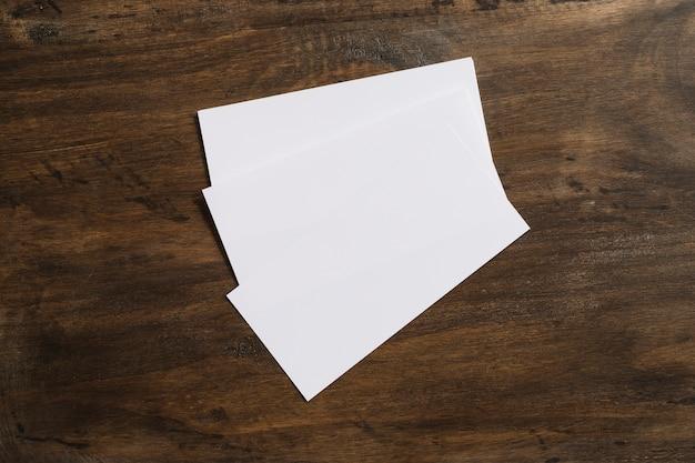 Três bandeirinhas em branco