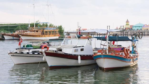 Três barcos de pesca ancorados no rio, belek, turquia