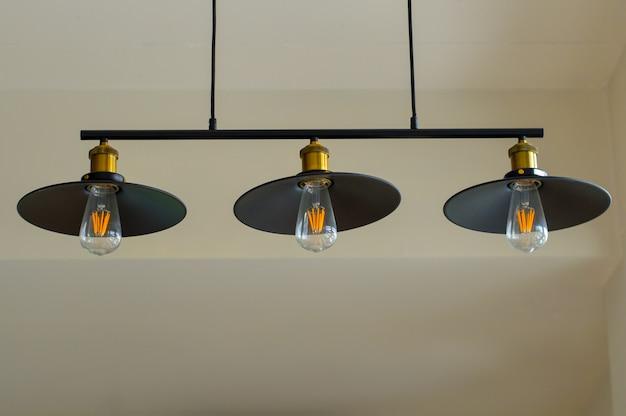 Três belas lâmpadas decorativas usadas para decoração.