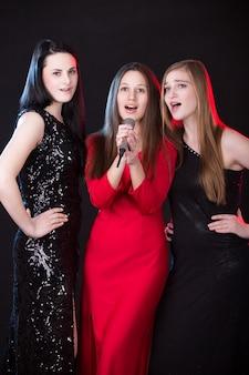 Três belas vocalistas femininas