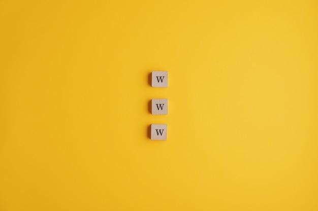 Três blocos de madeira, lendo um sinal de www