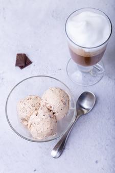 Três bolas de sorvete e uma xícara de café
