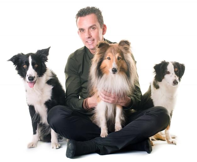 Três cães e homem
