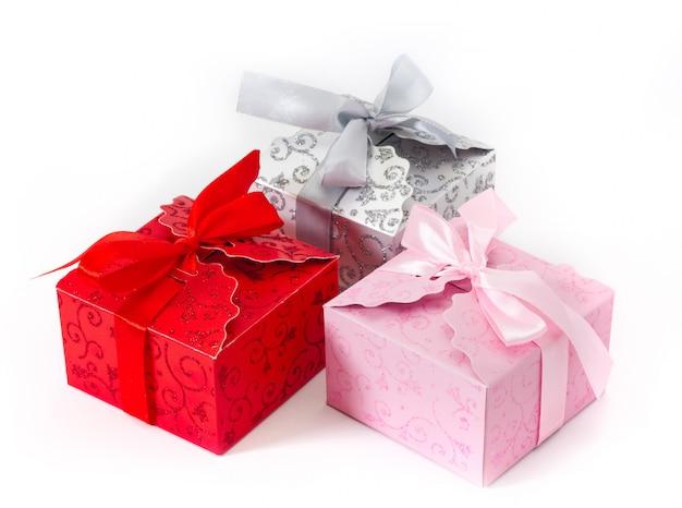 Três caixas de presente com arcos no fundo branco