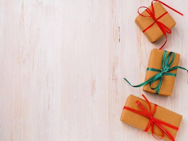 Três caixas de presente de papel kraft com fitas, vista superior. compras, dia dos namorados