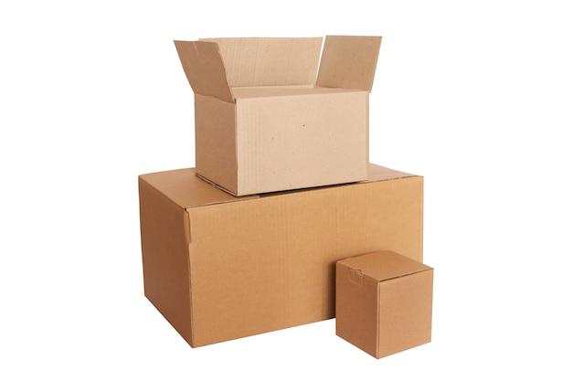 Três caixas de supermercado vazias para entrega ou doação isoladas no fundo branco