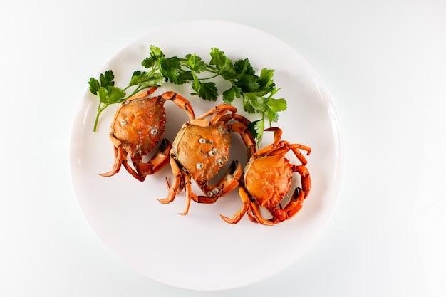 Três caranguejos em um prato