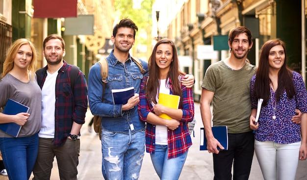Três casais caminhando depois da escola
