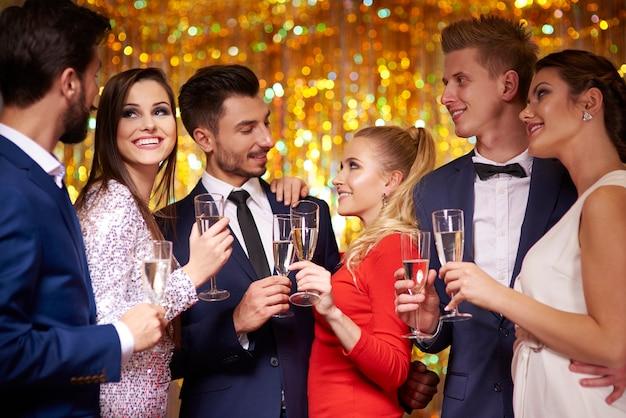 Três casais comemorando a festa