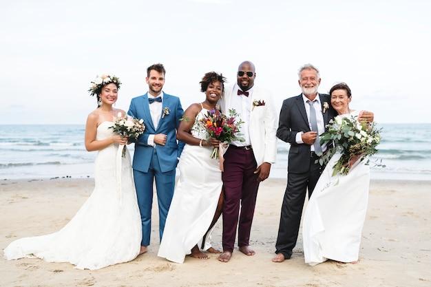 Três casais recém-casados na praia