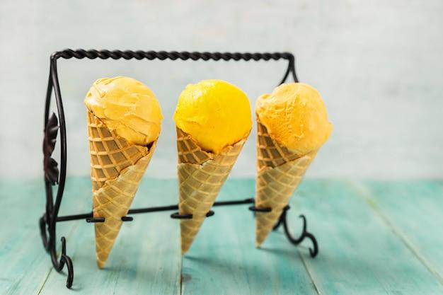 Três casquinhas de sorvete de cores pastel