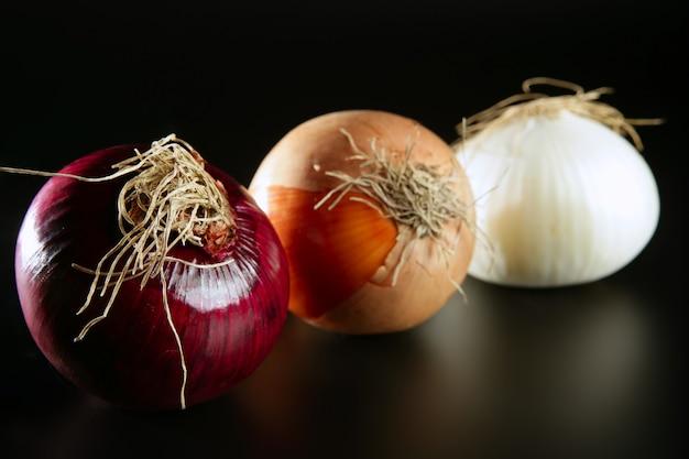 Três cebola diferente colorida