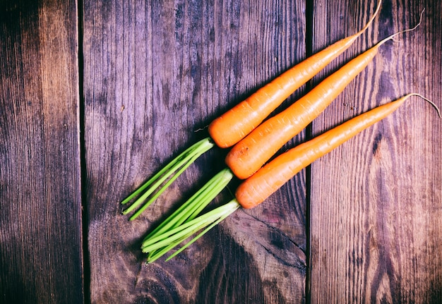 Três cenouras frescas