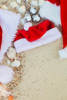 Três chapéus de natal na praia