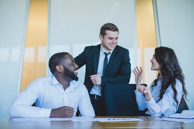 Três, co, trabalhadores, falando