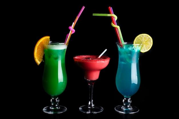 Três cocktails refrescantes coloridos