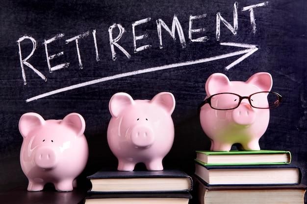 Três cofrinhos com mensagem de poupança de aposentadoria