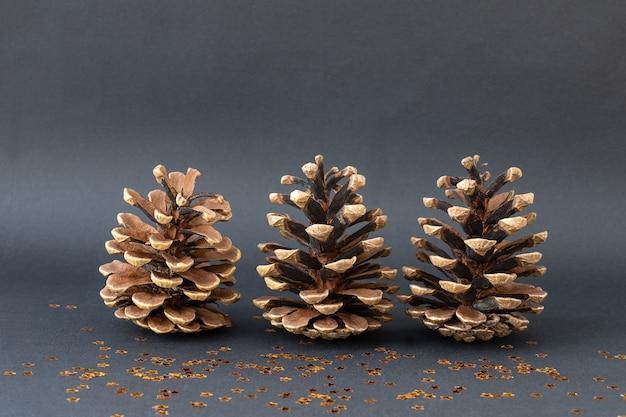 Três cones de natal no fundo preto