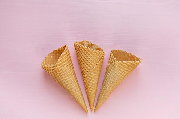 Três cones de waffle vazio na rosa