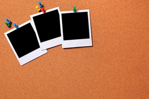 Três cópias da foto em branco fixada a um espaço na placa de observação da cortiça para a cópia caminhos fornecidas