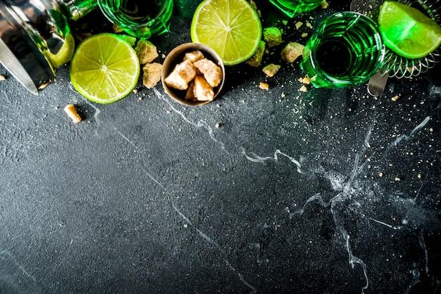 Três copos com absinto