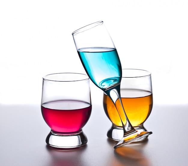 Três copos com bebidas isoladas no branco