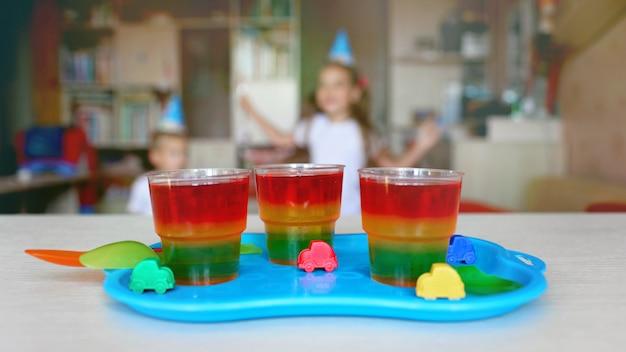 Três copos com semáforo geléia colorida
