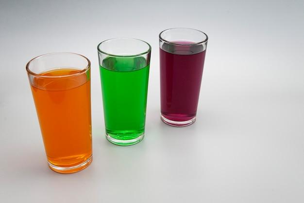 Três copos com sucos diferentes