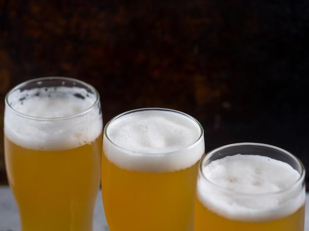 Três copos de cerveja de trigo na mesa