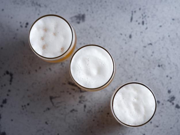 Três copos de cerveja na vista de cima da mesa