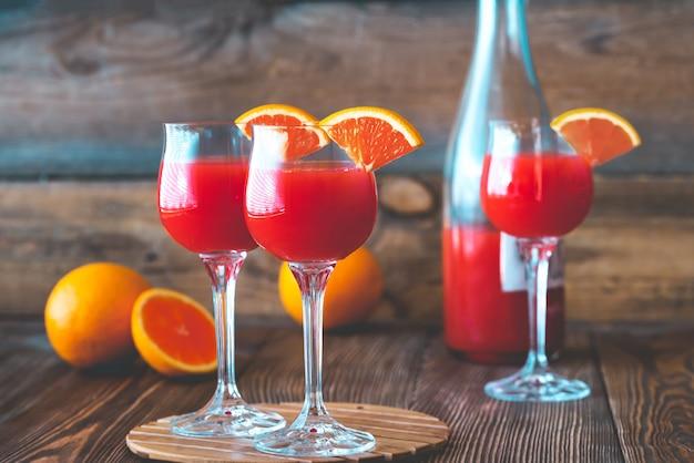 Três copos de cocktail mimosa