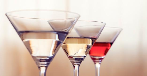 Três copos de coquetel