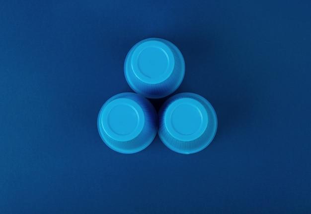 Três copos de plástico azul