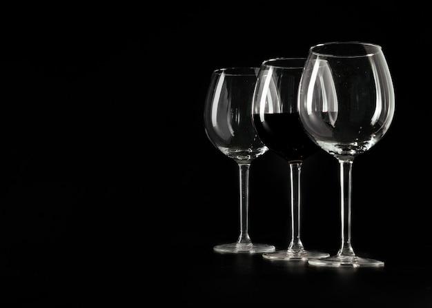 Três copos de vinho em preto