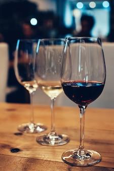 Três copos para degustação de vinhos