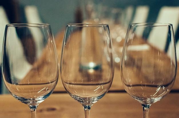 Três copos vazios para degustação de vinhos