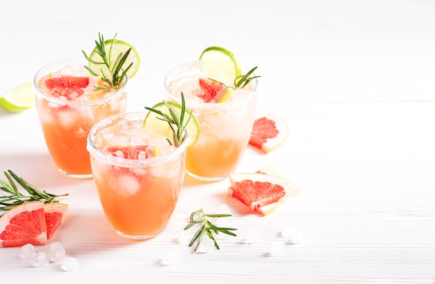 Três coquetéis alcoólicos de paloma com gelo e tequila