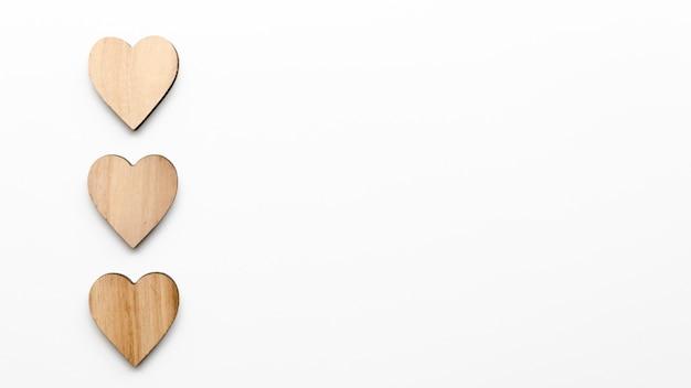 Três corações de madeira na mesa