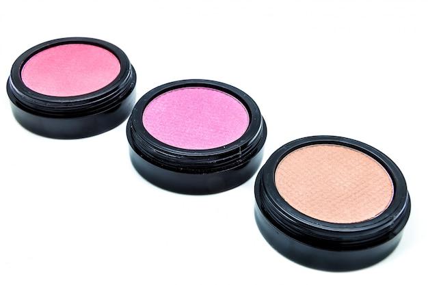 Três cosméticos de cores diferentes