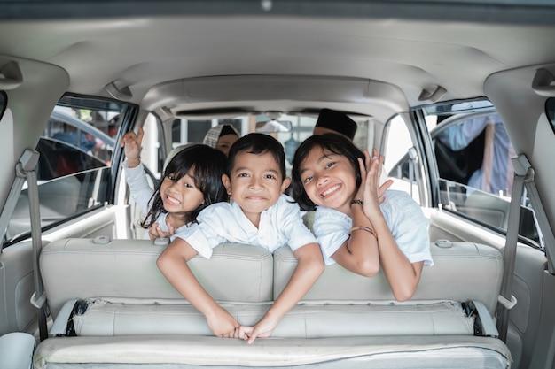 Três crianças animadas para ir de férias