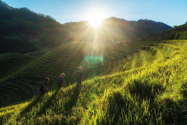 Três crianças hmong vietnamitas indefinidas estão andando