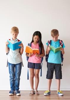 Três crianças verificando o dever de casa