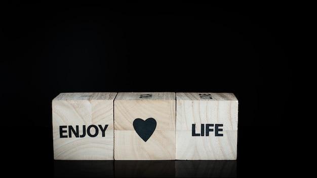Três cubos de madeira - aproveite a vida