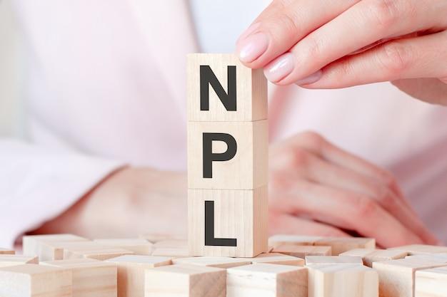 Três cubos de madeira com as letras npl, conceito