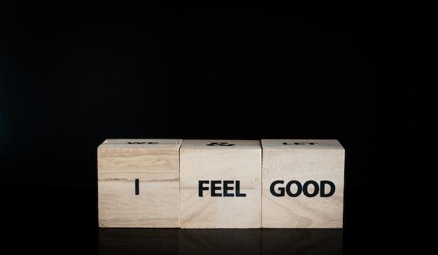 Três cubos de madeira em uma fila - eu me sinto bem