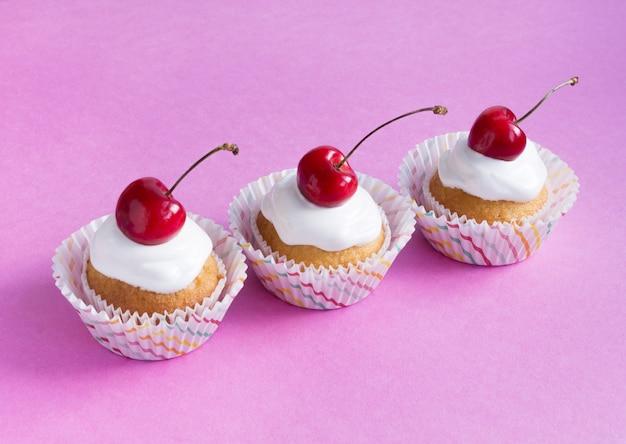Três cupcakes na diagonal. a composição central