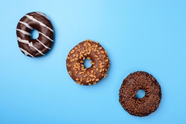 Três donuts em linha isolados